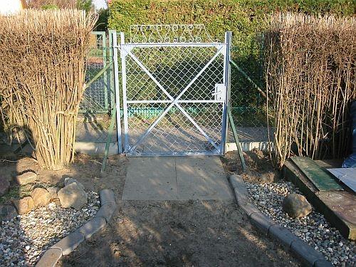 Teile der Hecke wurden weggenommen, dort stehen später die Seitenteile des  Rosenbogen