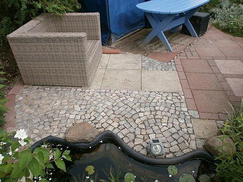 Der Materialmix der verschiedenen Pflastersteine bringt gewollte Unruhe in die Bodengestaltung