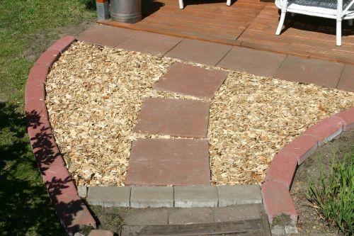 Zuerst mit Holzraspeln gefüllt, sind es aktuell farblich gemischte Kieselsteine