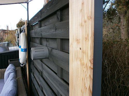 An diese vier Terrassenholz-Verblender kommen noch Downlightspots zur EFX-Beleuchtung