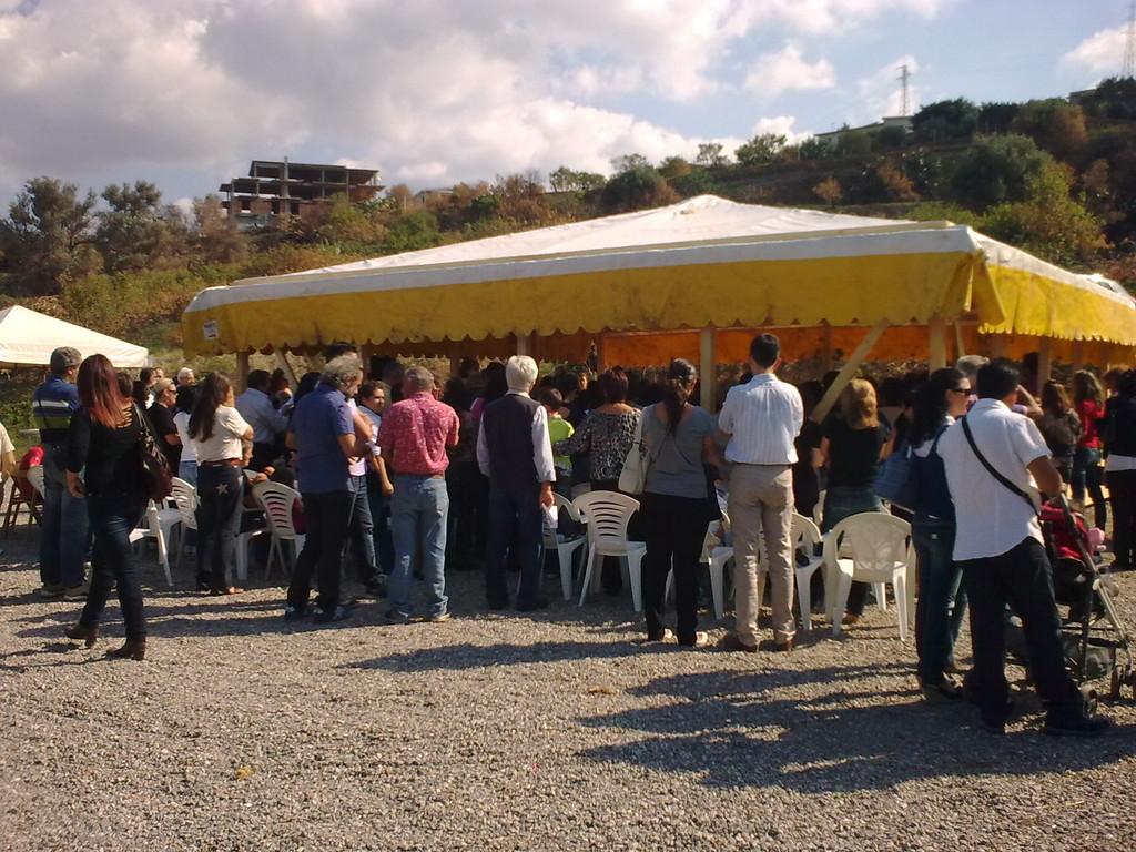La grande tenda accoglie la numerosa comunità intervenuta alla celebrazione