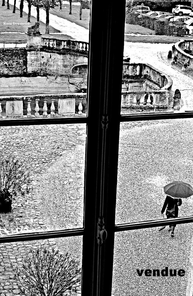 Petite dame au parapluie