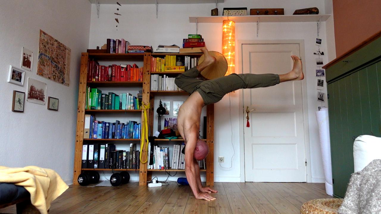 Handstand - hollow avec les pieds flex : une de mes positions favorites, qui m'étire toute la chaîne antérieur