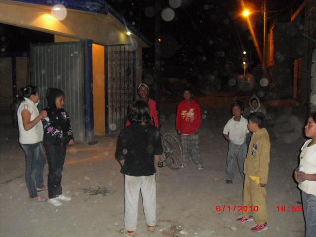 Los niños corriendo para recibir