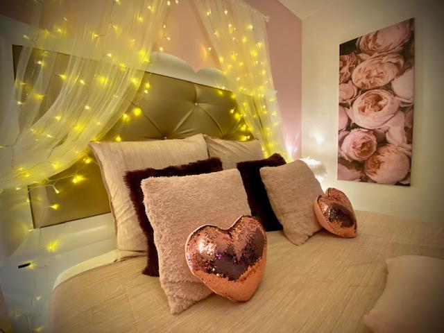Chambre romantique, rideau LED, TV LED connectée NETFLIX YOUTUBE..