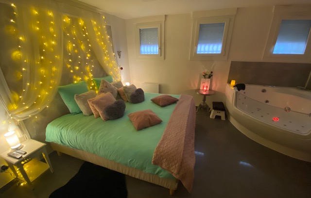 Lit King size 180X200, matelas luxe mémoire de forme, tête de lit rideau LED