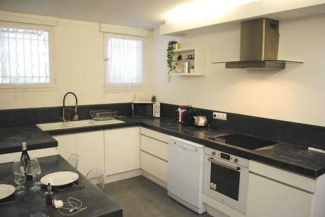Réfrigérateur, lave-vaisselle, micro-onde, four électrique, lave-linge, café, thé, machine popcorn, huile, sel, poivre, pâtes..  -