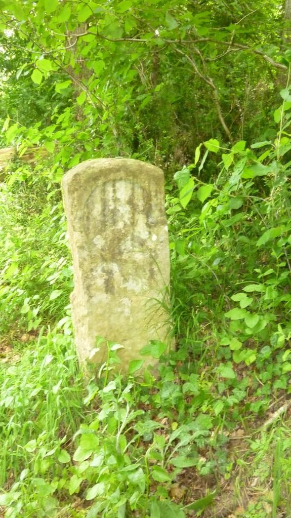 Une vieille borne du chemin de compostelle à côté de l'église de l'Hopital