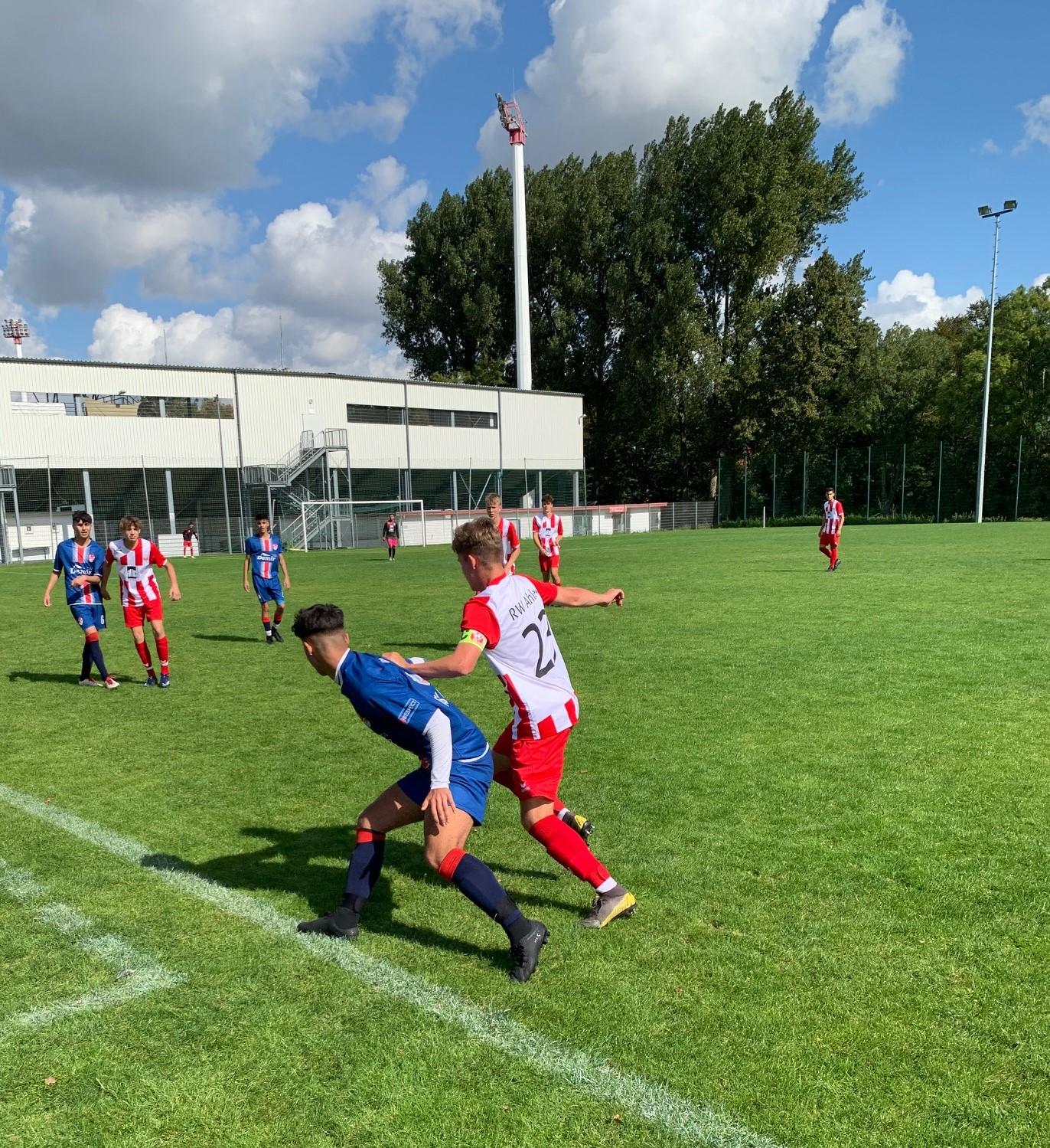 Kapitän Niklas Lütke-Verspohl im Zweikampf