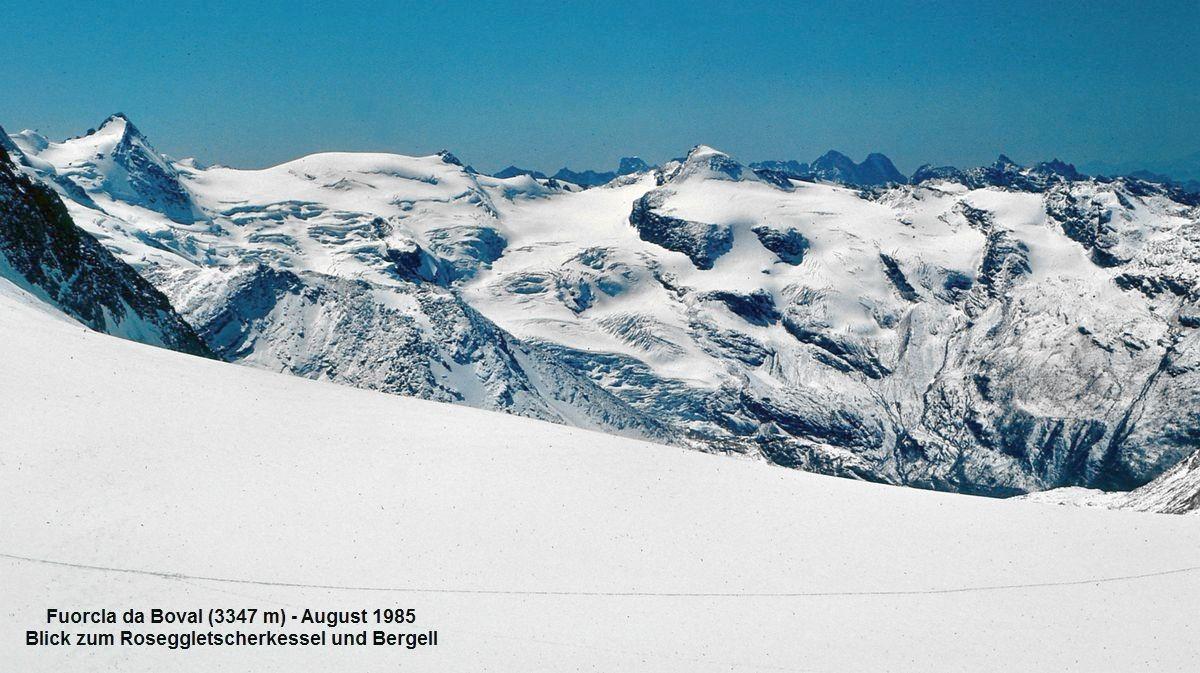 Die Bergumrahmung des Roseggletschers. Im Hintergrund Gipfel des Bergells mit Piz Badile und Piz Cengalo