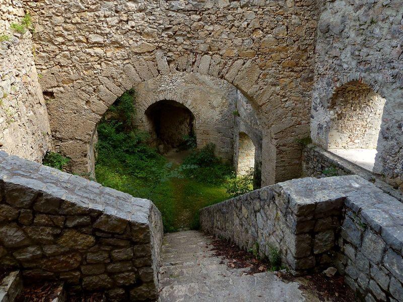 Treppe in den unteren Bereich der Burgruine mit teilweise erhaltenem Gewölbe