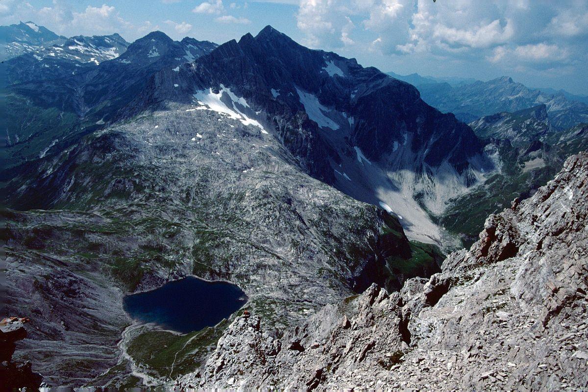 Butzensee und Braunarlspitze vom Schlussanstieg auf die Mohnenfluh. Links hinten Rote Wand mit Gletscher.