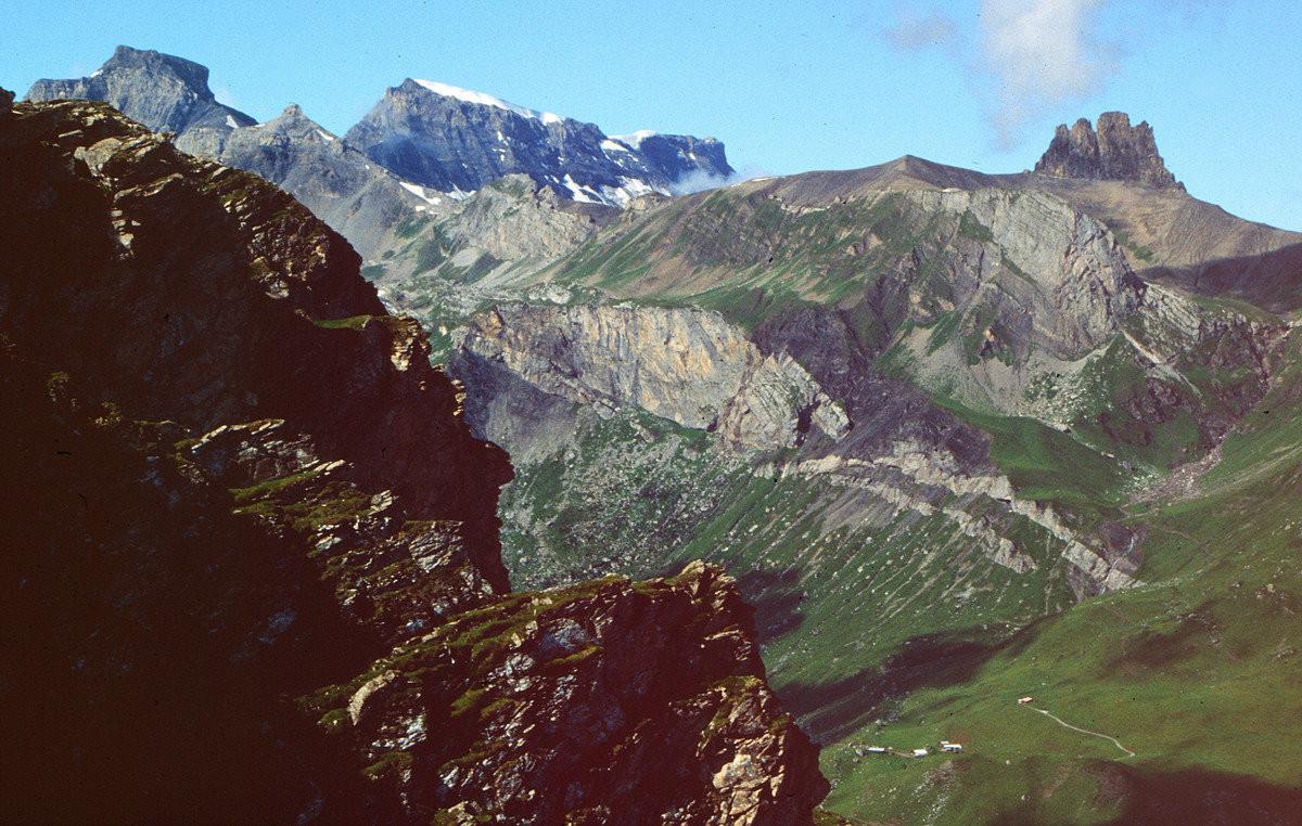 Blick vom Sattel vor dem Gällihorngipfel auf Wildstrubel und Chindbettipass über dem Üschinental