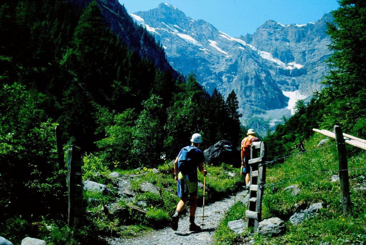 Die wuchtigen Wände von Gspaltenhorn und Bütlassen vom Weg in den Kilchbalm