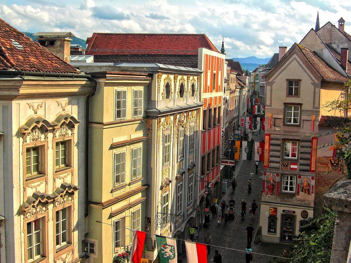 Schöne Fassaden aus unterschiedlichen Epochen in Steyr