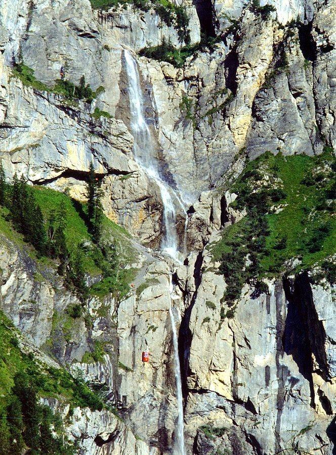 Die Wasserfälle des Allmenbachs. Links unten Seilbahngondel der Allmenalpbahn.