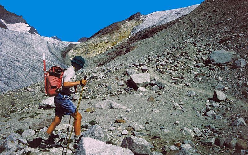 Nach dem Wechsel vom Eis in den Moränenschutt beim Abstieg vom Kanderfirn.