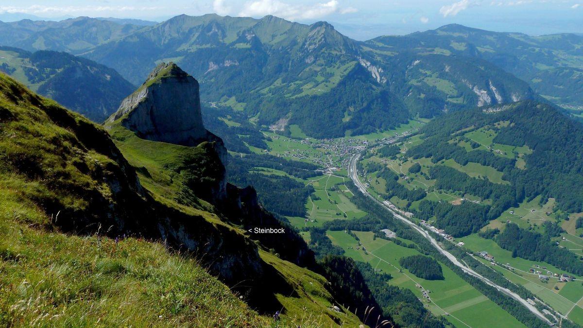 Nordflanke der Kanisfluh mit Blick ins Tal der Bregenzerache gegen Mellau.