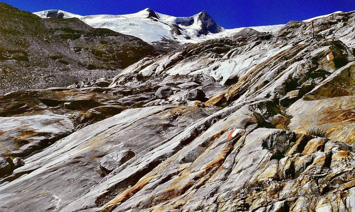 Auf Gletscherschliffen führt der Steig zur Alten Prager Hütte hinauf