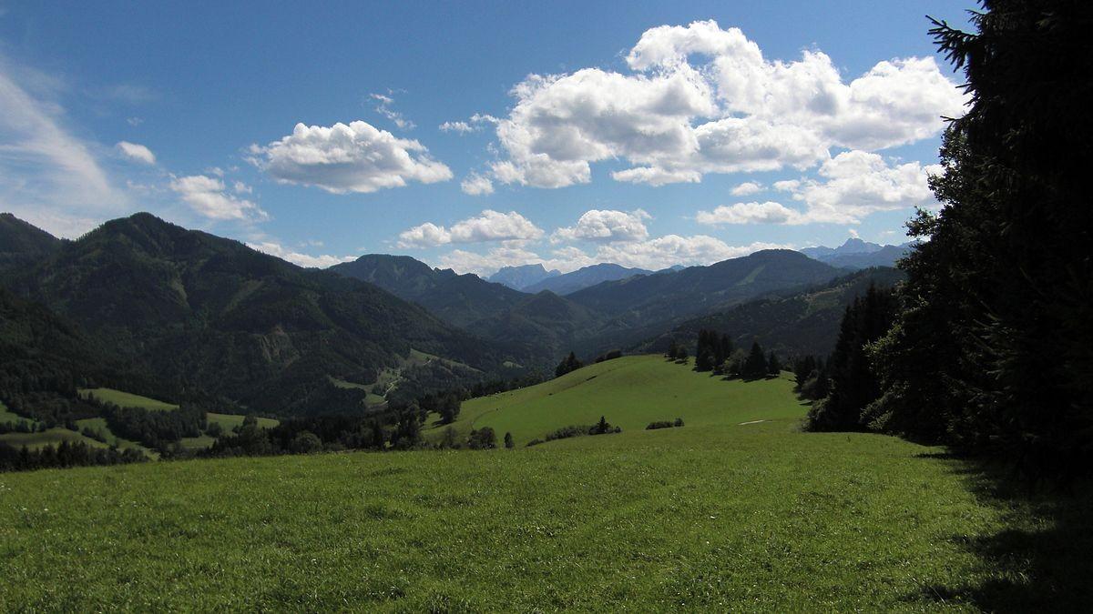 Blick vom Krotenberg nahe Funk- und Sendemast über den Wiesenrücken zum Gesäuse