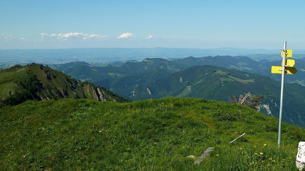 Wegweiser am Almkogel. Am Horizont Höhenzüge des Böhmerwalds.