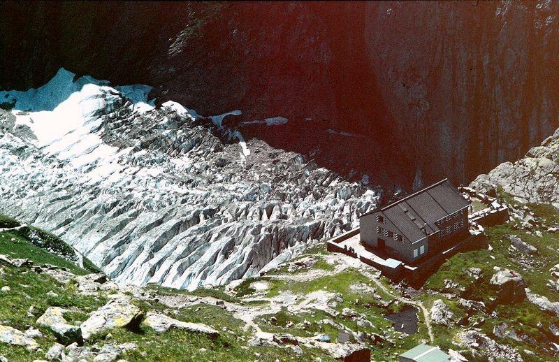 Die Glecksteinhütte über dem  Oberen Grindelwaldgletscher