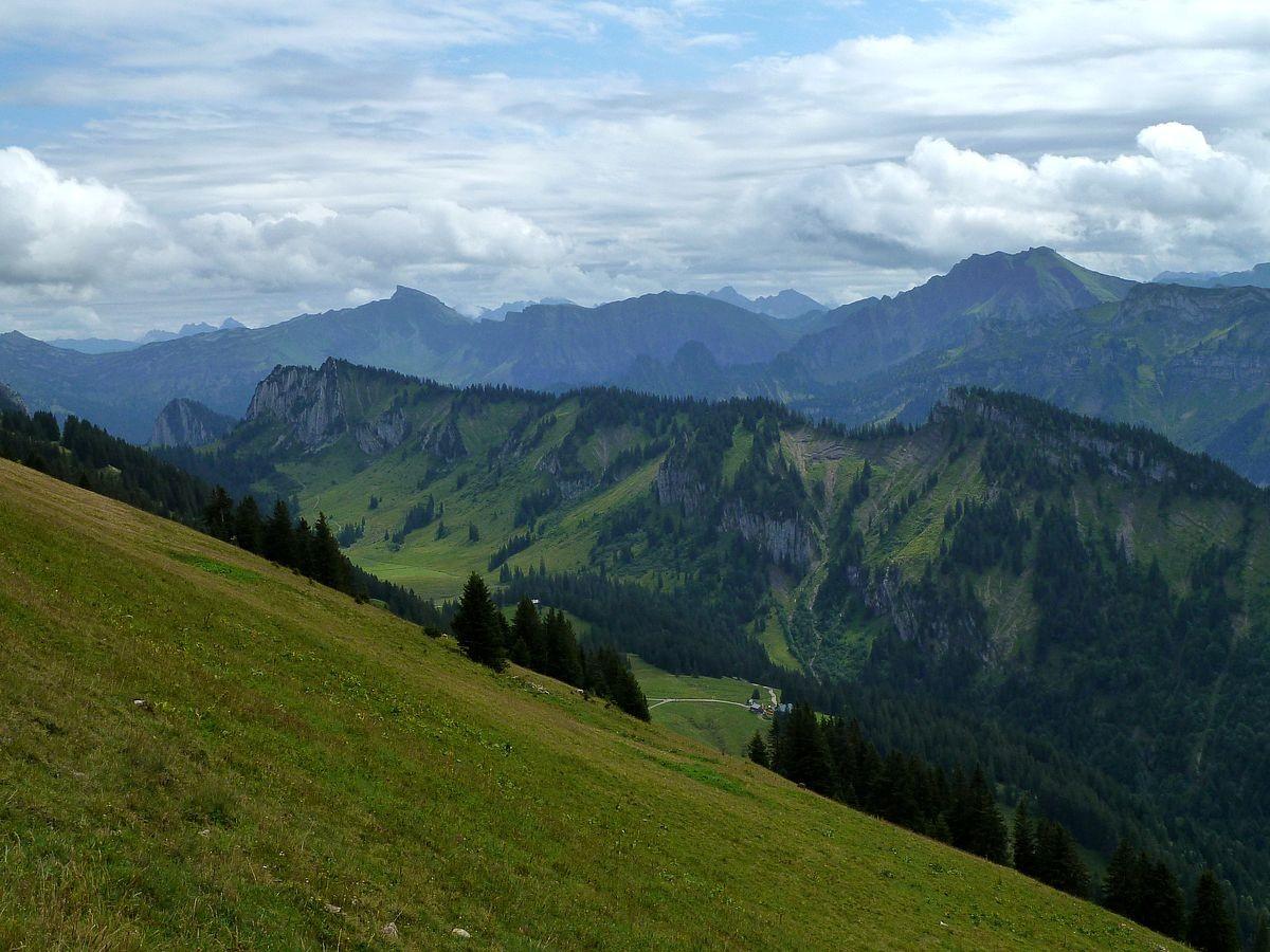 Hoher Ifen mit Gattesacker, Fellifluh und Diedamskopf im Hintergrund. Vorn Sienspitze, Hinteregger, Hählekopf