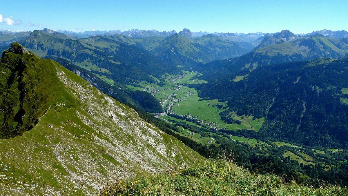 Blick von der Holenke über die Südwestflanke der Kanisfluh auf den hinteren Bregenzerwald.