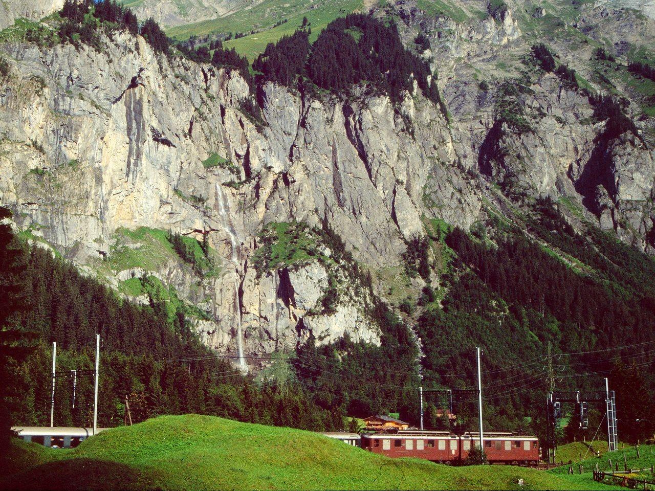 Lötschbergbahn vor der Felswand zur Allmenalp