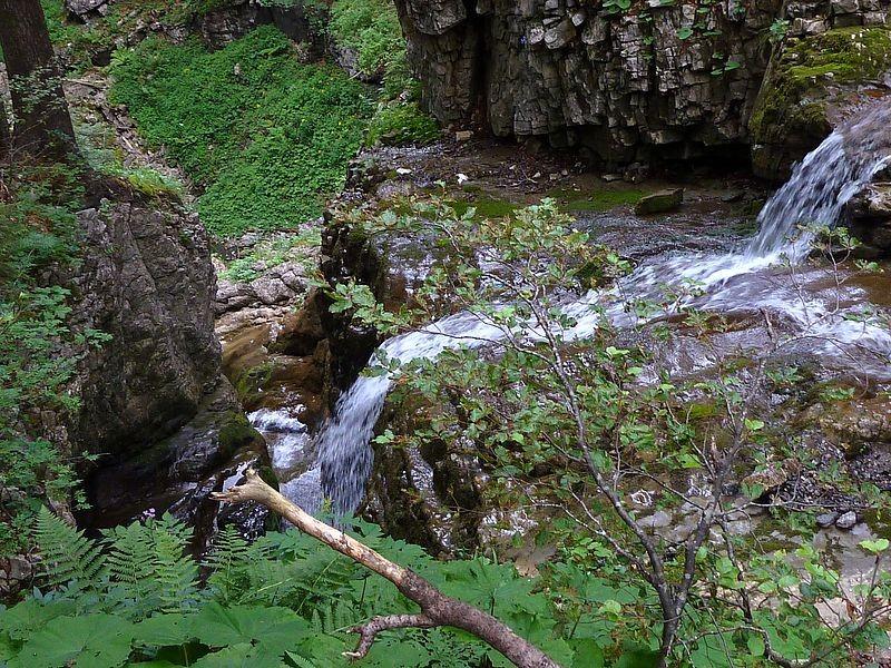 Seitenbach mit kleinem Wasserfall auf dem Steig zur Schneckenlochhöhle