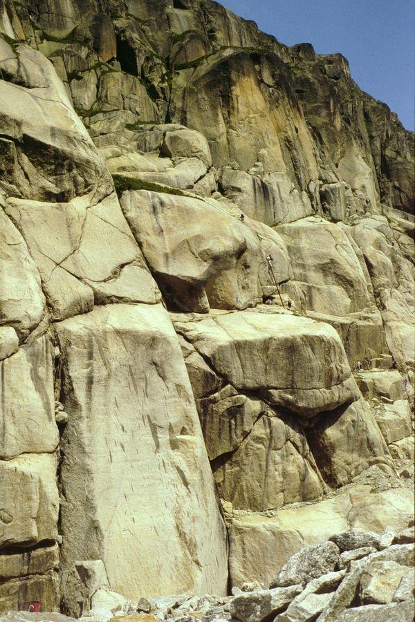 Die mit Leitern und eisernen Haltestangen versehene Steiganlage durch die Felsflanke.