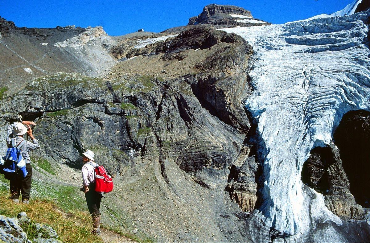 Blick beim Abstieg zur Blümlisalphütte am Kamm hinauf und zur linken Eisflanke des Blümlisalpgletschers