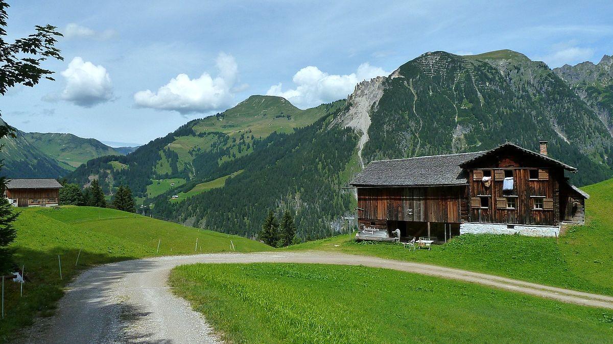 Alphütten bei Hintersteinbild gegen Zafernhorn und Blasenka