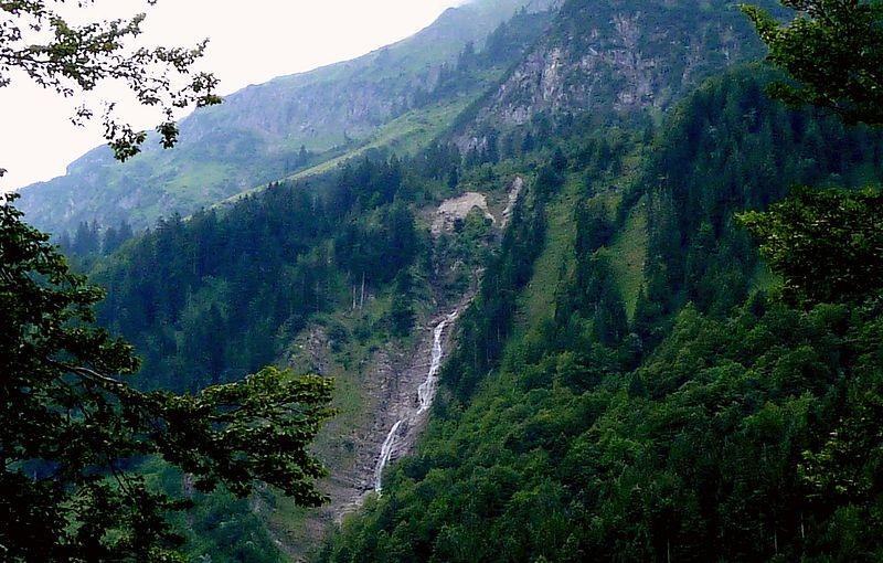 Die Wasserfallkaskaden des Bergbachs unterhalb der Hochkünzelspitze von Hinterhopfreben aus, Links davon beginnt das Weidegebiet der Alp Schiedlen, die von F. M. Felder bewirtschaftet wurde.
