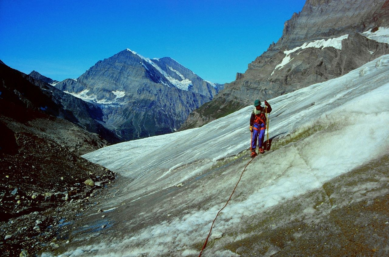 Mit Steigeisen im schrägen Gletschergelände. Hinten das Balmhorn-Altels-Massiv mit dem Lötschengletscher.