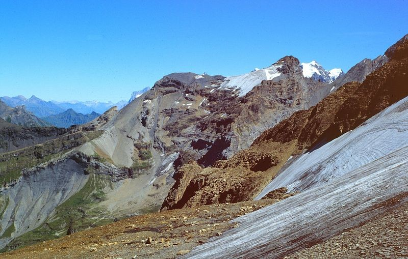 Blick zum Bütlassen. Rechts des Gipfels das Jungfraumassiv. Links spitzt das Grindelwalder Wetterhorn hervor.