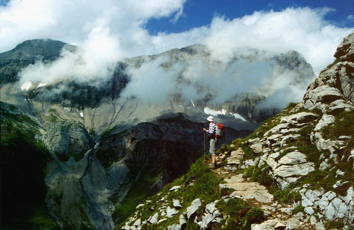 Wegstück am Üschinengrat mit Blick zum Wolken verhangenen Lohnermassiv