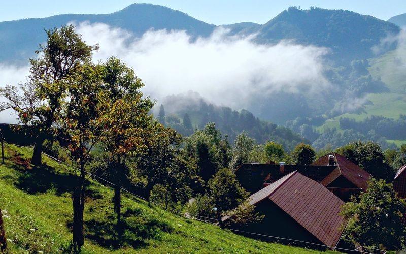Sich auflösender Nebel auf Rabenreith. Der Hof war während der Urlaube die meiste Zeit in der Sonne.