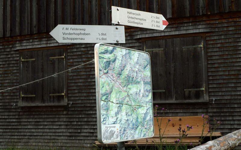 Hinweisschilder auf den F. M. Felderweg in Hinterhopfreben
