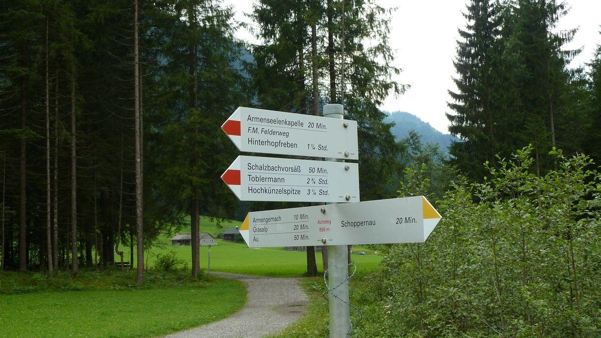 Hinweisschild auf den F. M. Felderweg an der Bregenzerache bei Schoppernau