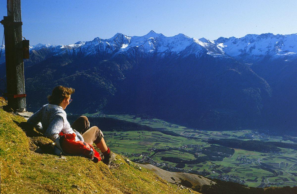 Blick auf Barwies am Mieminger Sonnenplateau, auf das obere Inntal und die Ötztaler Alpen.