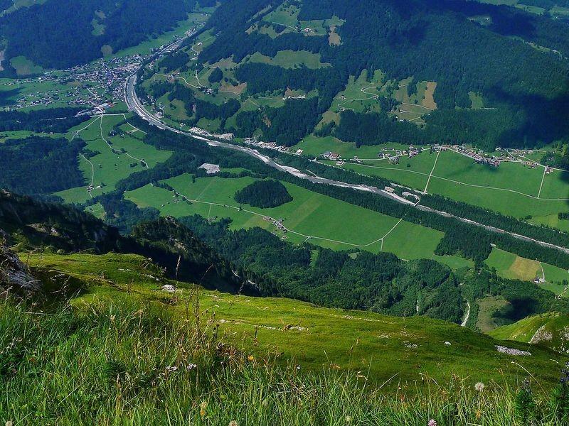 Eindrucksvoller Tiefblick von der Holenke über die 1300 m hohe Steilflanke auf das Tal der Bregenzerache  mit Hirschau