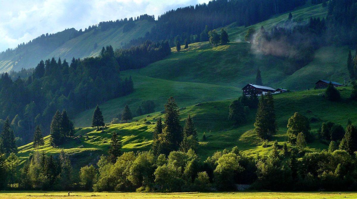 Die Alpe Kretzboden Vorsäß im Seitenlicht der untergehenden Sonne.