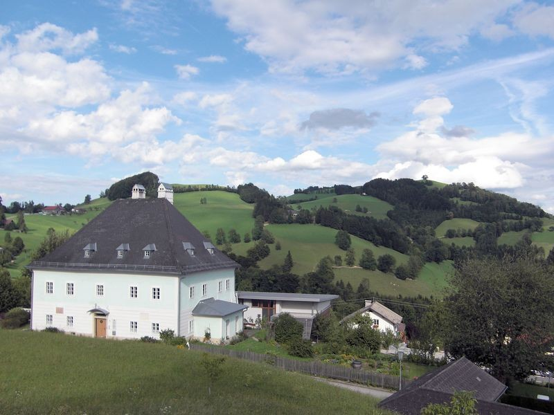 Pfarrhof der Wallfahrtskriche Maria Neustift und Freihofberg
