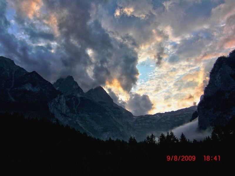 Abendhimmel über dem Steilabfall des Toten Gebirges nach Regen in Baumschlagerreith