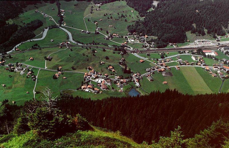 Kandersteg vom Abstiegsweg  von der Fisialp zum rechts abzweigenden Felsensteig  zur Doldenhornhütte