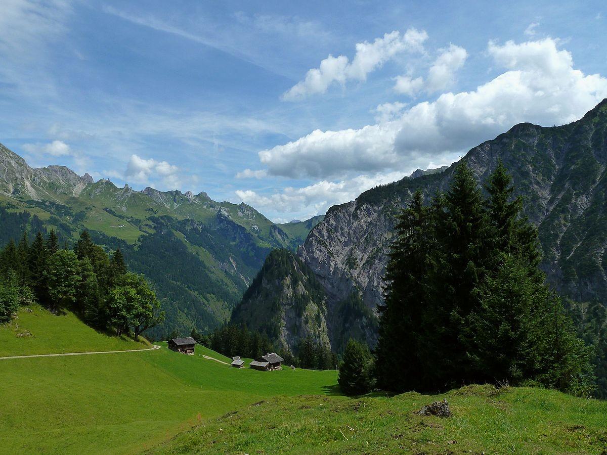 Das Alpgebiet Küngswald. Im Hintergrund Schadonapass