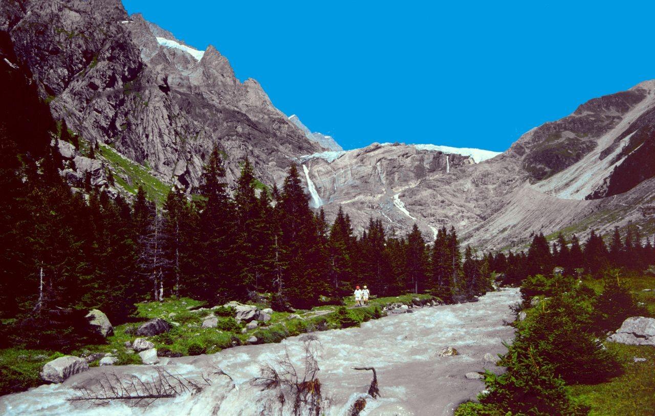 Die Kander beim nachmittäglichen Hochwasser, das durch das Tauen von Schnee und Eis auf dem Gletscher bewirkt wird.