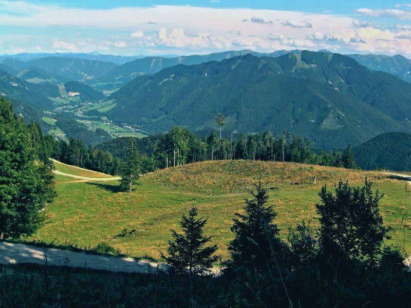 Das Berggebiet bei Reichraming mit Brunntalmauer und Fahrenberg, dahinter Almkogel, links über dem Ennstal Rabenreithkogel