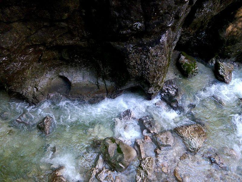 Kolk im Kolk: Vom Wirbel des Kehrwassers wird der Kolk mit mitgeführten Steinen, Kies und Sand zunehmend ausgespült und größer.